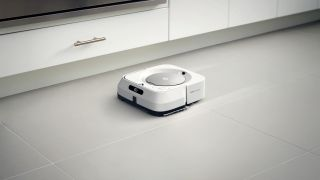 Robotti-imuroi imuroi keittiötä