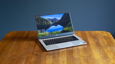 Huawei Matebook D 14 utstilt på et bord