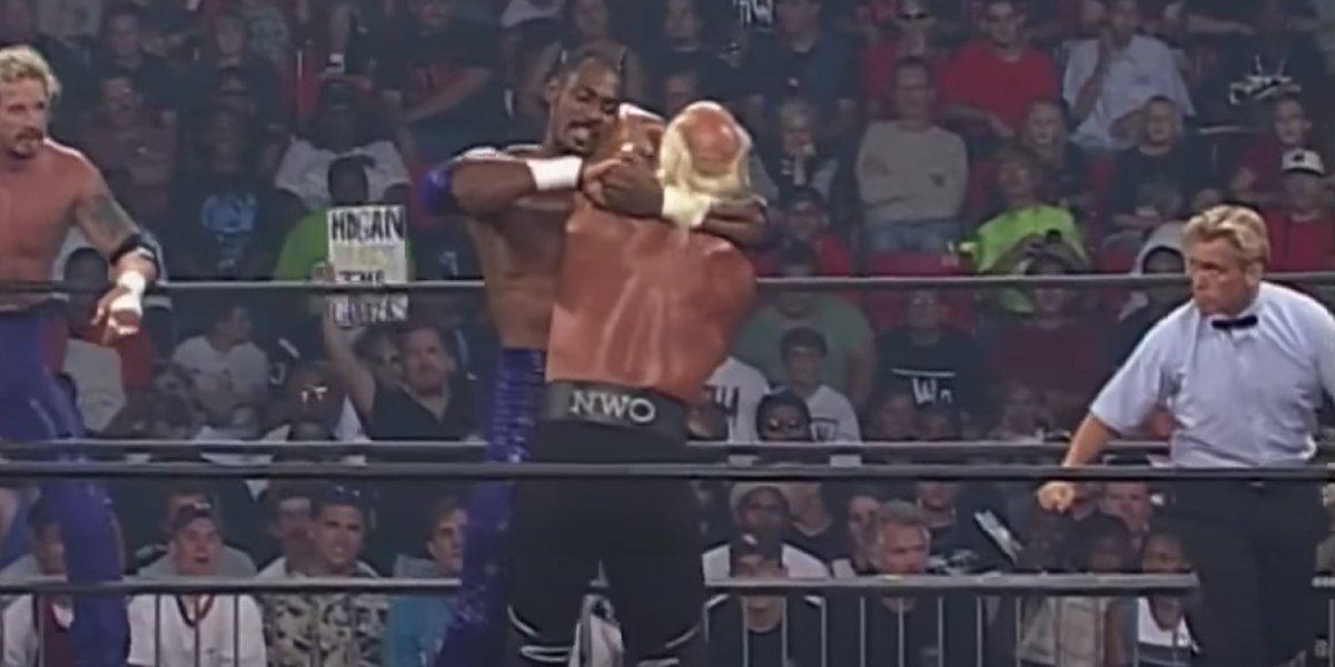 Karl Malone and Hulk Hogan tie up at Bash at the Beach