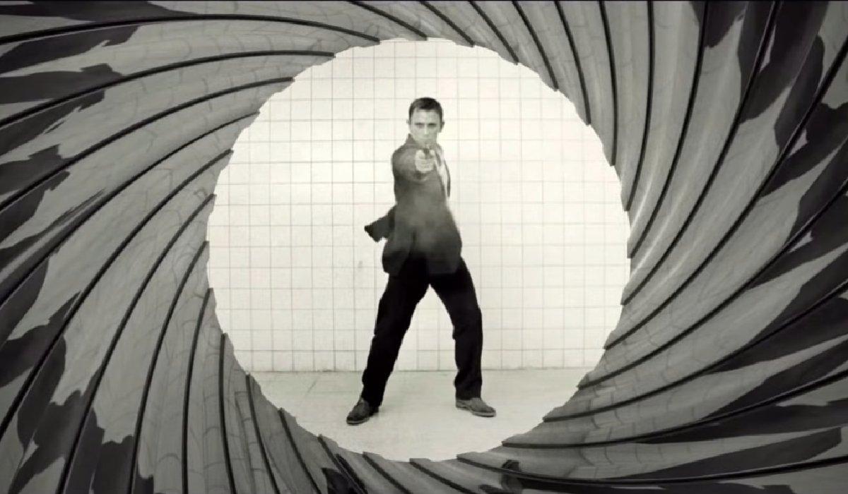Casino Royale Daniel Craig shooting in the gun barrel
