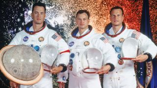 Tom Hanks (Jim Lovell), Gary Sinise (Ken Mattingly) and Bill Paxton (Fred Haise) in the movie Apollo 13.