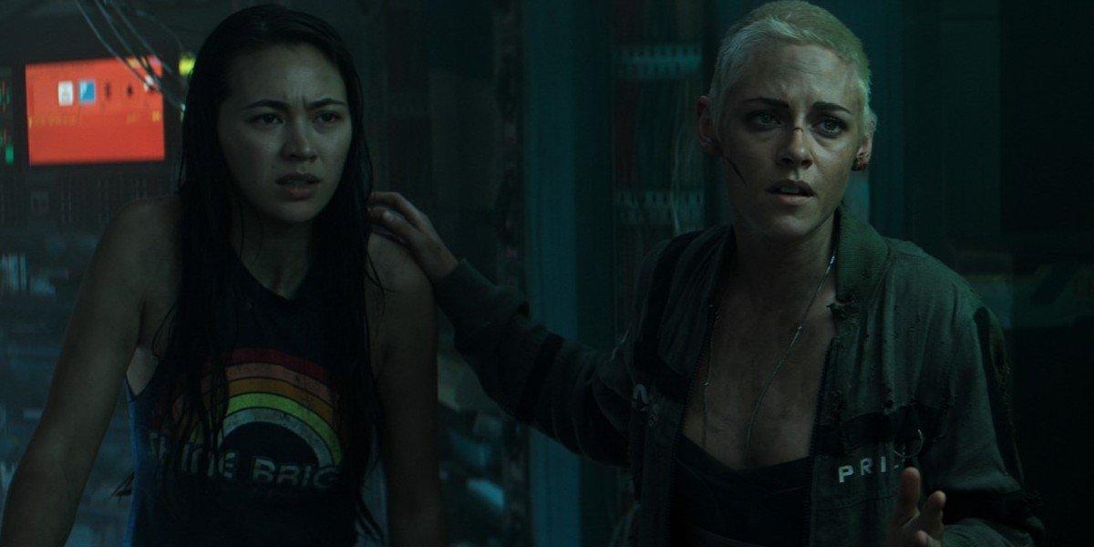 Jessica Henwick and Kristen Stewart in Underwater (2020)