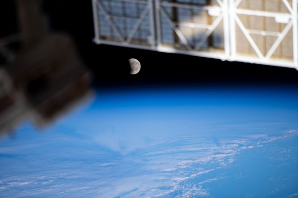 Astronauts see Super Flower Blood Moon from space
