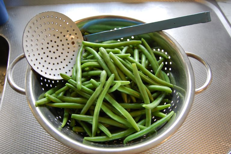how to blanch vegetables: green beans in collander