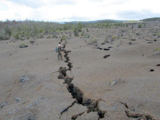 kamoamoa-fissure-geologist-110315-02