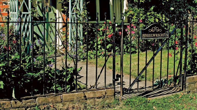 How to paint metal railings: cleaning and repairing railings