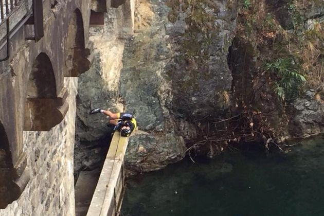 Arnold Fiek during his fall from a bridge in the GP Lugano