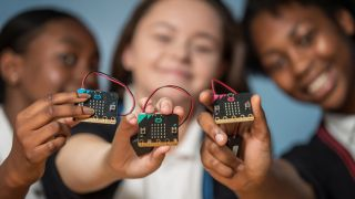Tre barn med hver sin microbit