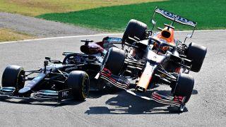 Verstappen und Hamilton kollidieren beim F1-Livestream.