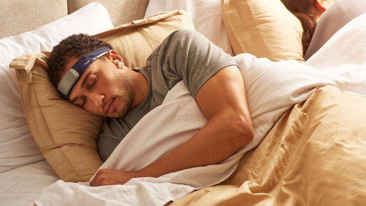 """Ce masque de sommeil connecté délivre un """"somnifère numérique"""" en cas de réveil nocturne"""