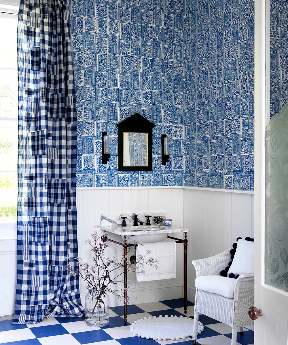 Bathroom with indigo-patterned wallpaper and traditional fixtures | Homes & Gardens
