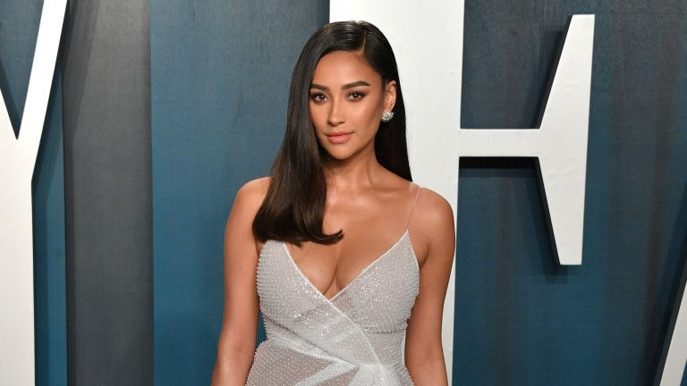 Shay Mitchell attends the 2020 Vanity Fair Oscar party hosted by Radhika Jones at Wallis Annenberg Center for the Performing Arts on February 09, 2020 in Beverly Hills, California