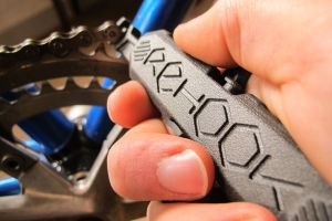 Check out the innovative chain tool that'll keep your hands clean (video)