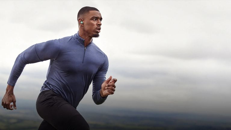Man wearing the Jabra Elite 7 Active earbuds while exercising