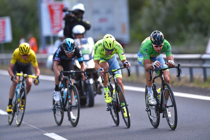 Sagan, Bodnar, Thomas and Froome split from the front of the race in the final kilometers