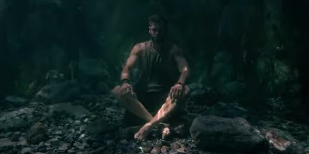 Chris Hemsworth under the water in Extraction