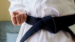 Nahaufnahme eines Mannes in traditioneller Karate-Uniform