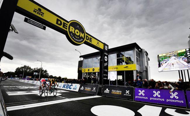 Lo sprint tra Van der Poel e Van Aert sul rettilineo darrivo del Giro delle Fiandre (Getty Images Sport)
