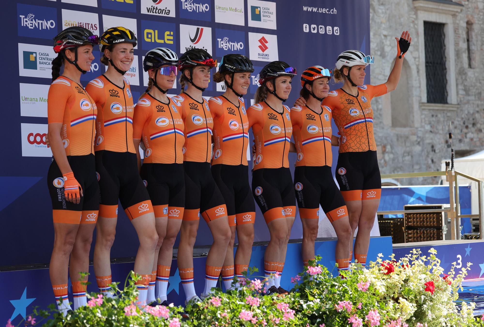 Ellen van Dijk with her Netherlands teammates before the start