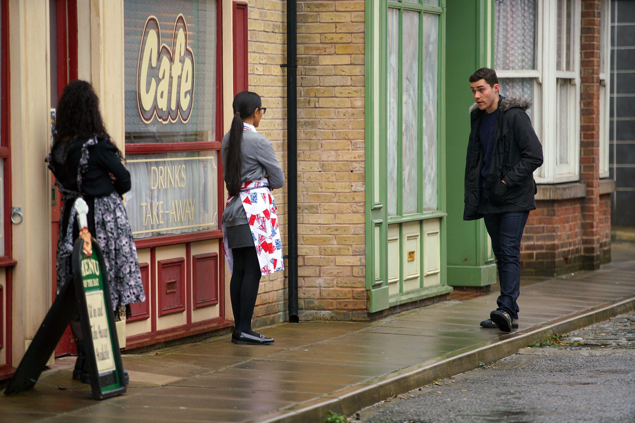 Coronation Street: ¡Asha Alahan envía a Corey a empacar!