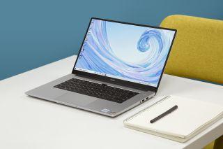 Huawei MateBook D 15 pöydällä muistivihkon vieressä