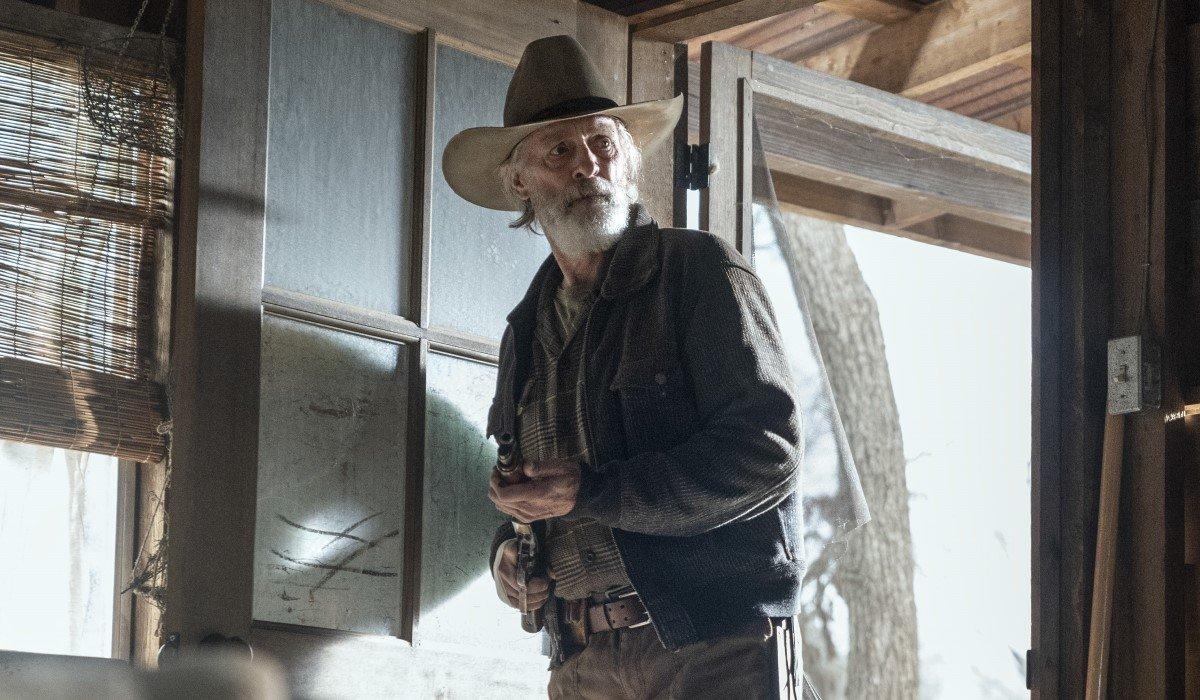 keith carradine's john dorie sr. arriving at cabin on fear the walking dead season 6