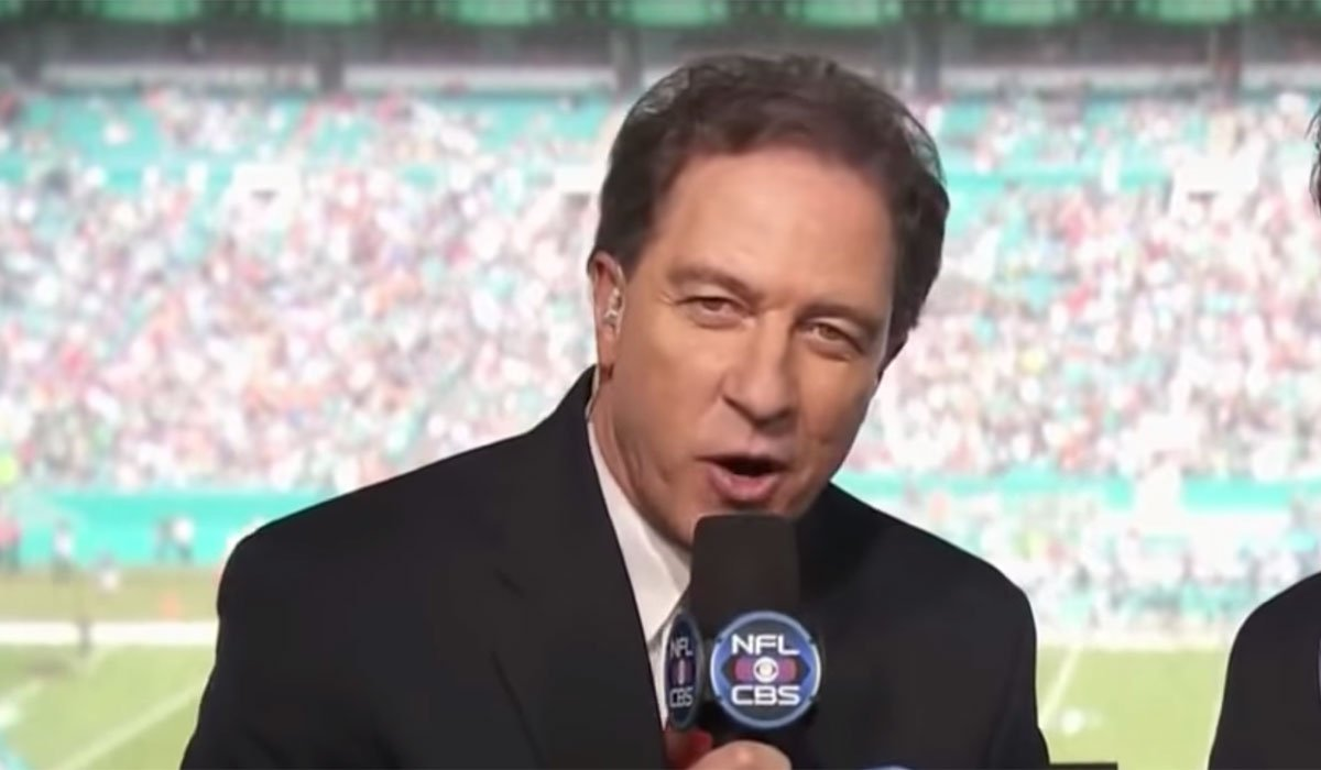 Kevin Harlan calls an NFL game.