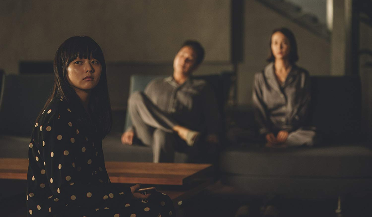 Parasite Da-hye, Dong-ik and Yeon-gyo hang out in the living room, in fancy pajamas