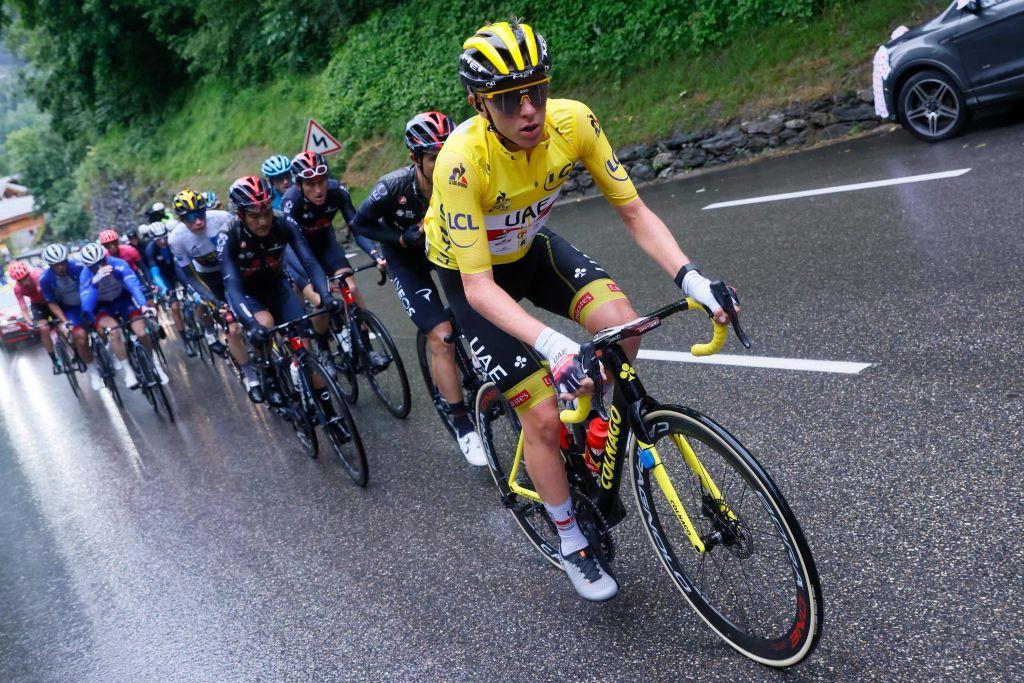 L'équipe des leaders du classement général Slovénie portant le maillot jaune Tadej Bokakar, des Émirats arabes unis, mène le peloton le 09 juillet 2021 lors de la 9e édition de la 108e édition du Tour de France cycliste de 144 km entre les Classes et Dignes.  Thomas Samson AFP Photo via Getty Images