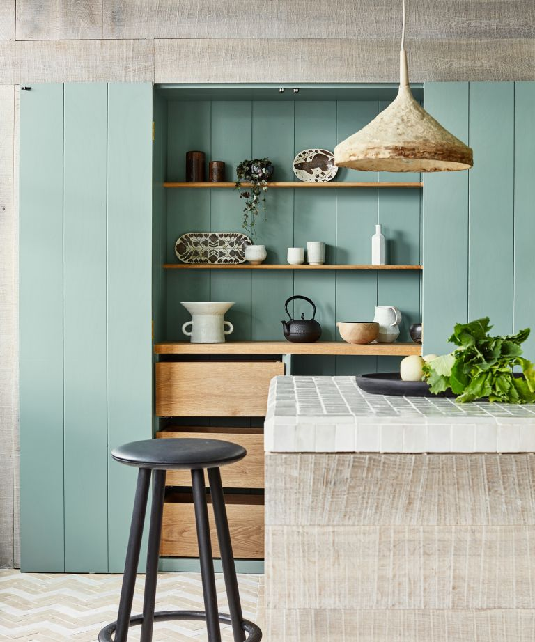 Kitchen shelving hidden in an invisible kitchen