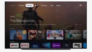 Google TV Startbildschirm auf einem großen Fernseher