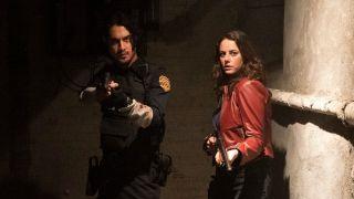 Leon und Claire bewegen sich mit ihren Schusswaffen einen Korridor entlang auf die Kamera zu