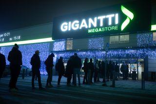 Jono Gigantin myymälän edessä
