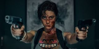 Mary Elizabeth Winstead bloodied and aiming two pistols in Kate.