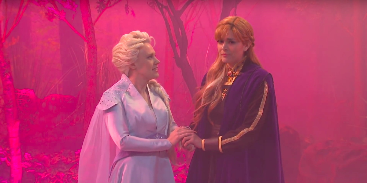 Elsa and Anna hold hands and sing together in SNL's Frozen 2 deleted scenes skit