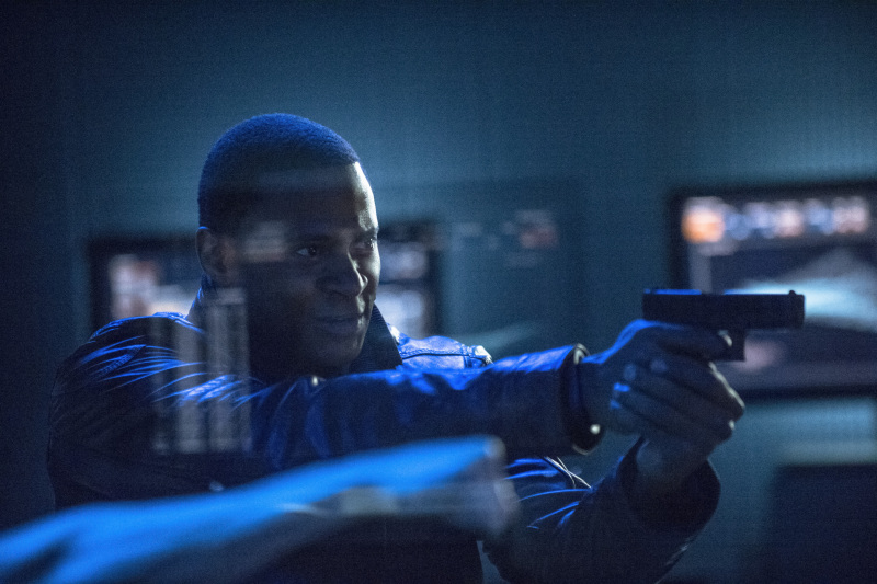 Arrow Season 2 Finale Trailer And Photos Show Heroes, Tension And Big Trouble For... #31252