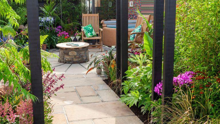 narrow garden ideas: Jungle fever garden designed by Pip Probert for RHS Tatton Park 2018
