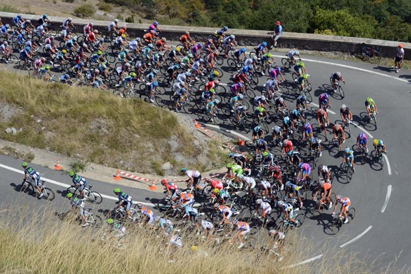 Vuelta peloton 2012 hairpin bend stage 4