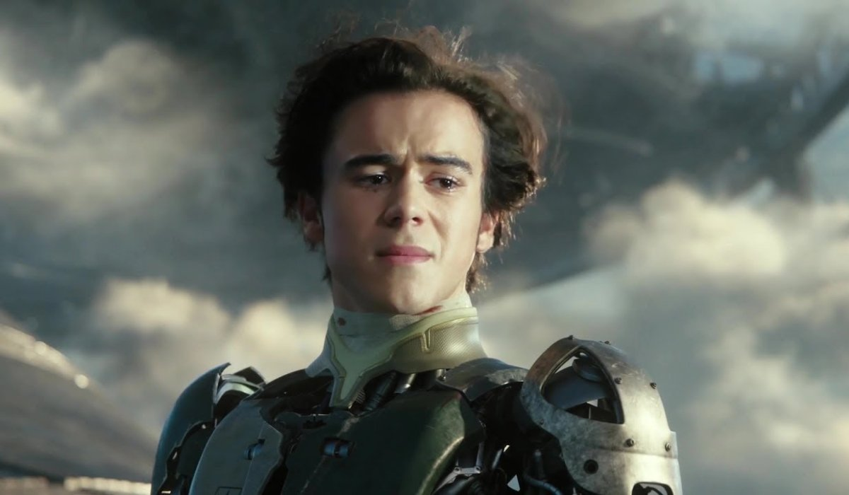 Alita: Battle Angel Hugo stands teary eyed on a tether to Zalem