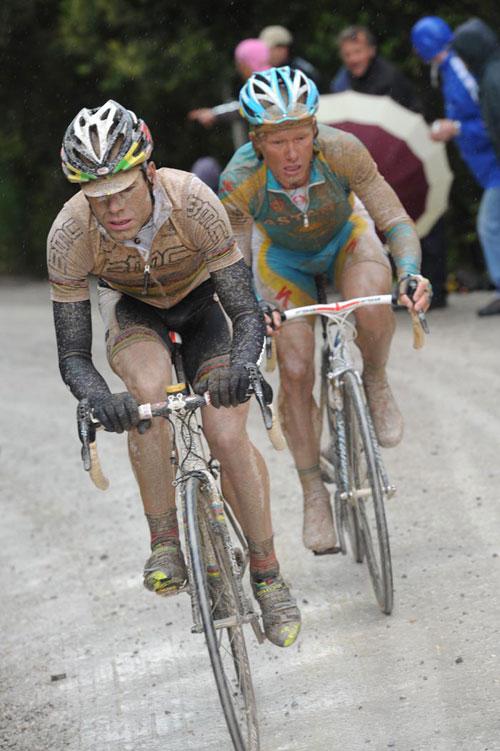 Cadel Evans and Alexandre Vinokourov attack, Giro d'Italia 2010, stage 7