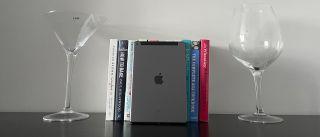 Apple iPad 10.2 (2021) støttes opp av noen bøker.