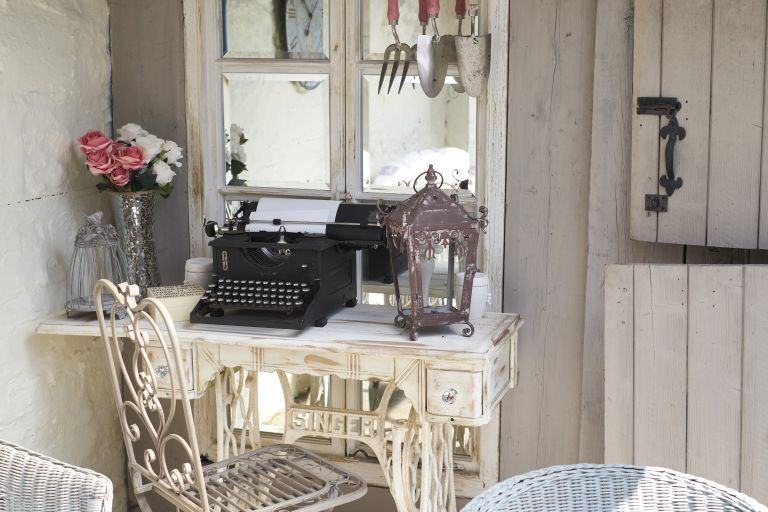 Learn how to create vintage paint effects: an old desk with a vintage typewriter on top