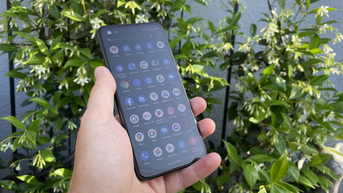 Asus' Zenfone 8 tests whether anyone wants small flagships instead of the full-sized Samsung S21