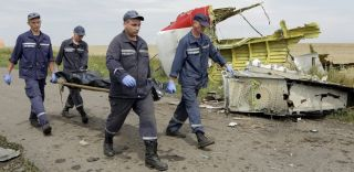Men move bodies from MH17, forensic evidence
