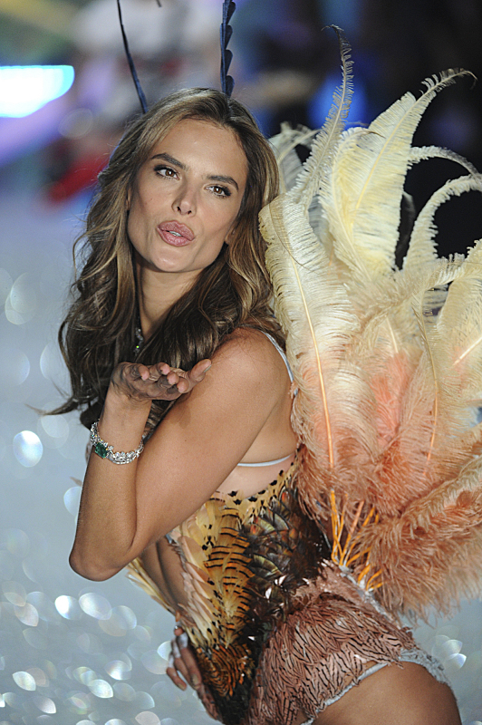 Watch Victoria's Secret Angels Lip Sync To Taylor Swift's 'I Knew You Were Trouble' #29888