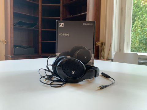 Sennheiser HD 560S und Verpackung liegen auf einem weißen Tisch