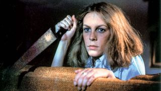 Jamie Lee Curtis holding knife as Laurie Strode in 1978 Halloween