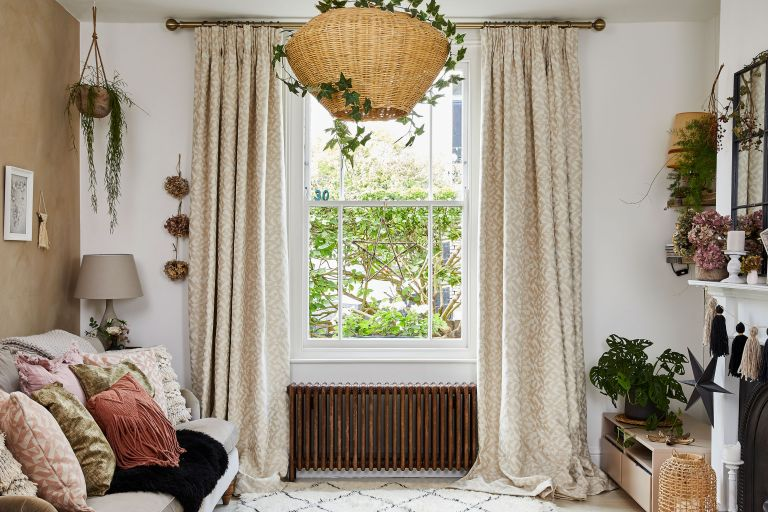 Country-curtain-ideas-for-living-rooms-featured