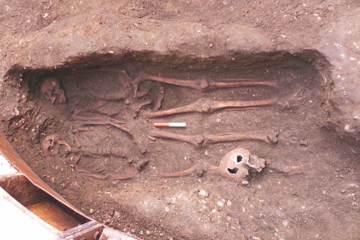 Black Death Couple? 2 Male Skeletons Found with Fingers Entwined