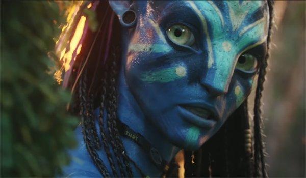 Neytiri hiding behind a tree in Avatar